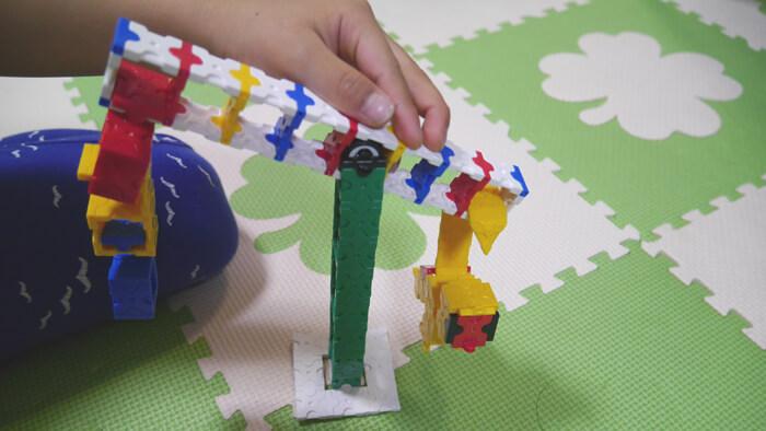 サルのバランスゲームで遊ぶ子供