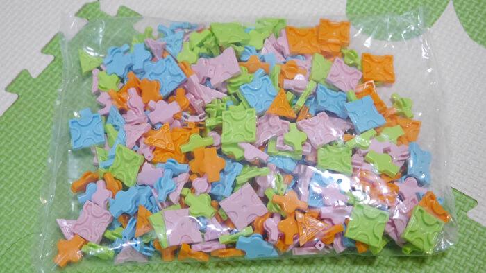 ピンク、水色、オレンジ、黄緑のパーツ