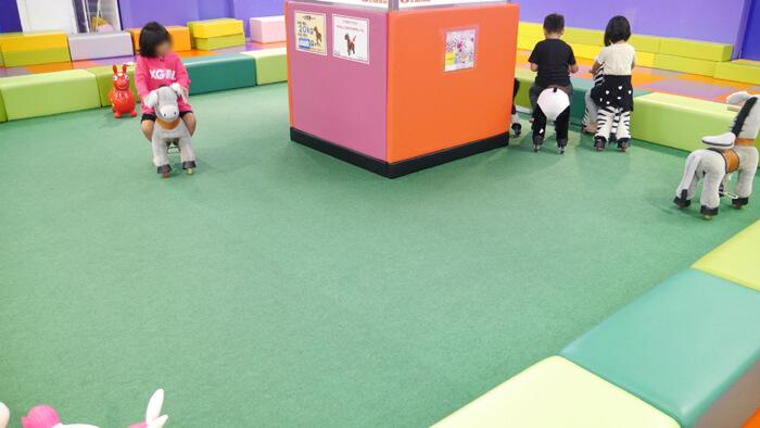 エコポニーで遊ぶ子供達