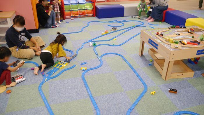 トイプラザで遊ぶ子供たち