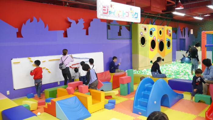 ジャイアントブロックで遊ぶ子供たち