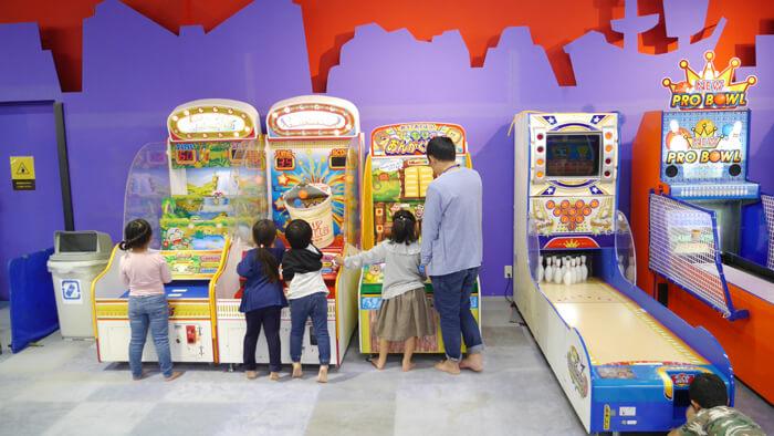ゲームパークで遊ぶ子供たち
