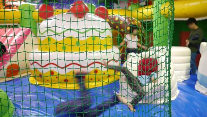 クイーンスイーツトランポリンで遊ぶ子供たち