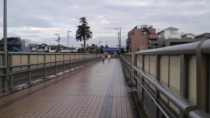 住宅街への歩道橋