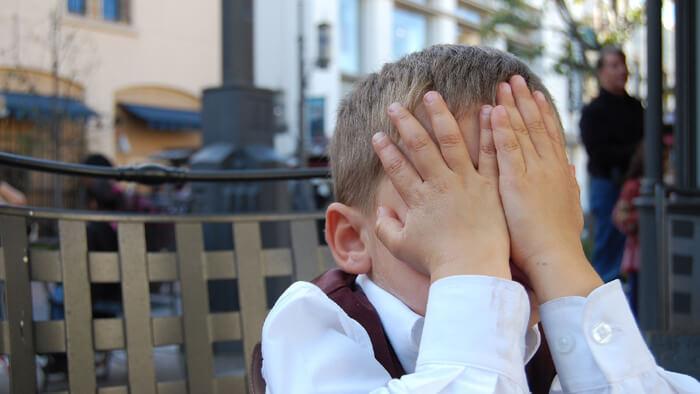 顔を手で覆った子供